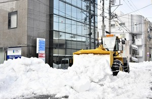 福井市の市街地で進む除雪作業=1月14日午後0時20分ごろ、福井県福井市大手2丁目