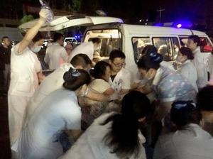中国四川省宜賓市の病院で負傷者を手当てする医療関係者ら=18日(新華社=共同)
