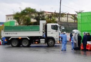 沖縄県名護市辺野古の米軍キャンプ・シュワブに資材を運び入れる工事車両=15日午前