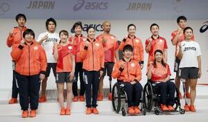 東京五輪・パラリンピックで日本選手団が着用する公式スポーツウエアが発表され、ポーズをとる選手ら=2月21日、東京都中央区