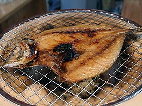 地元で揚がった新鮮な魚介類の刺身や干物をどうぞ