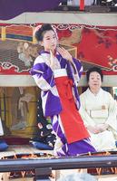 気比神宮前に止めた山車の舞台で、日本舞踊を奉納する児童=2日、福井県敦賀市曙町