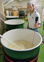 新酒の仕込みを行う蔵人。徹底した温度管理で深い味わいを生み出す=福井県永平寺町の黒龍酒造本社