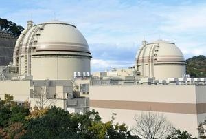 関西電力大飯原発3号機(右)と4号機=福井県おおい町
