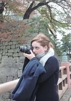 フェイスブックで発信するため福井県庁前の紅葉を撮影するニコール・クラスマンさん