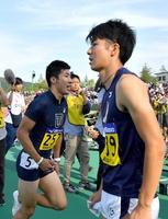 陸上の日本学生対校選手権の男子100メートル決勝で桐生(左)に敗れ肩を落とす多田(右)=福井県営陸上競技場