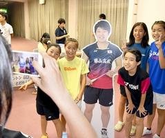 山口茜選手の等身大パネルと記念撮影する子どもたち。市民に「茜ちゃん」と親しまれている=14日夜、福井県勝山市民会館