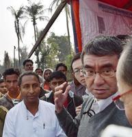 イスラム教徒少数民族ロヒンギャの話を聞く河野外相(右端)=13日、ミャンマー西部ラカイン州のマウンドー(共同)