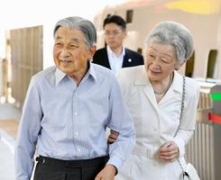 天皇、皇后両陛下=8月22日、JR東京駅(代表撮影)