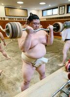 バーベルを使い、筋力トレーニングをする正代=27日、東京都墨田区の時津風部屋(日本相撲協会提供)