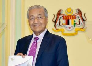 27日、マレーシア・クアラルンプール近郊の首相府で記者会見するマハティール氏(共同)
