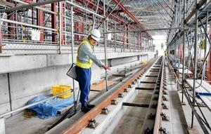 2018年夏の供用開始に向け、着々と工事が進むえちぜん鉄道の新たな福井駅舎。2階にはホームの土台が完成し、レールが敷設されている=福井市日之出1丁目