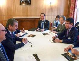 WTOのアゼベド事務局長(左から2人目)と会談する河野外相(右端)=22日、パリ(共同)