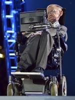 2012年8月、ロンドン・パラリンピック開会式のステージに登場した英国の宇宙物理学者、スティーブン・ホーキング博士(ロイター=共同)