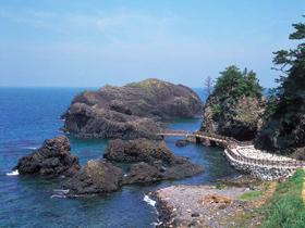 さまざまな奇岩、洞窟が連なる雄大な岩場の海岸