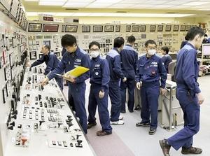 高浜4号機の発電・送電開始の作業中、原子炉の緊急停止で確認に追われる運転員ら。トラブルは福井県民に大きな不安を与えた=2016年2月