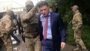 9日、ロシア・ハバロフスクで拘束されたフルガル知事(ロシア連邦捜査委員会提供、タス=共同)