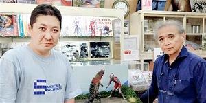 酒井さん(左)と円谷英二生家跡で喫茶店を営む円谷誠さん=福島県須賀川市