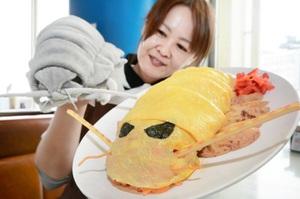薄焼き卵で甲羅を再現したダイオウグソクムシのオムライス=11日、福井県坂井市の越前松島水族館