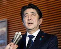 首相、今年の漢字に「転」選ぶ
