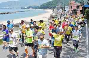 美浜・五木ひろしふるさとマラソンで、さわやかな潮風を受け海岸沿いのコースを駆け抜けるランナー=5月12日、福井県美浜町竹波