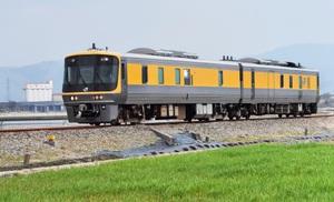 JR越美北線を走る黄色いラインが入った検測車「キヤ141系」=3日、福井市下六条町から撮影