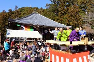 和歌山県那智勝浦町の補陀洛山寺で行われた豆まき=27日