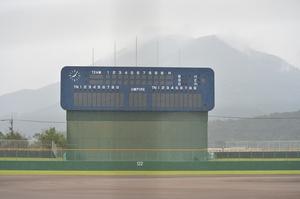 雨が降る敦賀市総合運動公園野球場=16日、福井県敦賀市