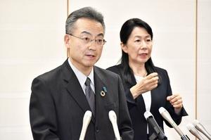 福井県内6例目となる新型コロナウイルスの感染者確認を受け、この日2回目の会見を行う杉本達治知事(左)=3月26日午後7時半ごろ、福井県庁
