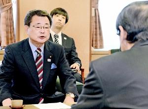 もんじゅの成果取りまとめなどの日程を説明した文部科学省の水落副大臣(左)=24日、福井県庁