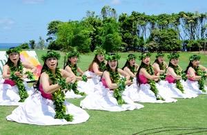 華麗なフラダンスを披露する愛好家=28日、福井県坂井市の芝政ワールド