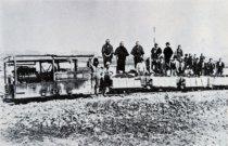 昭和13年頃に春江の土地改良 工事で活躍したディーゼル機関車 とトロッコ。