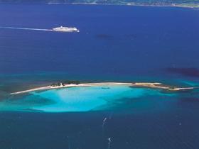 たっぷりの白い砂浜。紺碧の敦賀湾に浮かぶ海の楽園