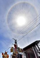 太陽の周りに光の輪ができた「日暈」=5月20日、福井県坂井市三国町