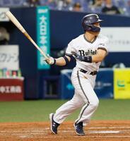 3回オリックス2死一塁、吉田正が右中間に適時二塁打を放つ=京セラドーム