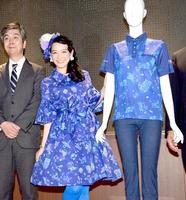 新しいユニホーム(右)とおそろいのワンピース姿で登場した篠原さん(中央)=6日、福井市自然史博物館分館「セーレンプラネット」