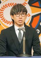 記者会見で海外FA権を行使せずに日本ハムに残留すると表明した金子弌大投手=19日、札幌市