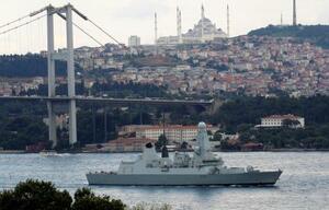 ボスポラス海峡を航行する英海軍の駆逐艦ダンカン=12日、トルコ・イスタンブール(ロイター=共同)