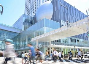 通行量が増加している福井駅周辺。ハピリン(中央のビル)開業などの影響で、若者の姿が多くみられるようになった=福井市中央1丁目