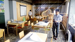 棚やデスクを手作りして完成したコワーキングスペース「サンカク」=20日、福井市のガレリア元町商店街