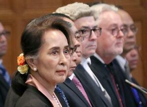ロヒンギャ迫害を巡る審理に出廷したアウン・サン・スー・チー氏(左端)らミャンマー弁護団=10日、オランダ・ハーグの国際司法裁判所(共同)