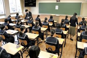 私立高校の一般入試に臨む受験生=2月4日、福井県福井市の仁愛女子高校