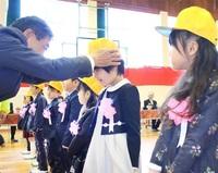 1年生へ 安全グッズ 9小学校に黄色の帽子 勝山