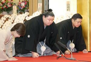 大関昇進の伝達を受ける正代(中央)。右は枝川親方=30日午前、東京都墨田区の時津風部屋(代表撮影)