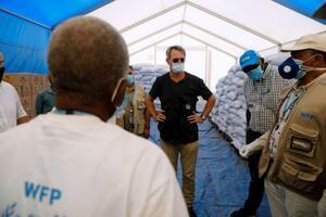 エチオピア北部ティグレ州の紛争から隣国スーダンに逃れた難民のキャンプで活動するWFPスタッフ=11月29日(ロイター=共同)