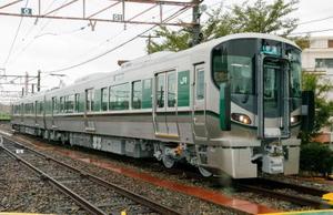 報道公開されたJR西日本の新型車両227系=8日午前、大阪府吹田市