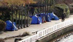 隅田川沿いに立ち並ぶホームレスのテント=2018年12月、東京都墨田区