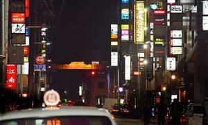 片町の通りを彩るスナックなどのネオン=福井市