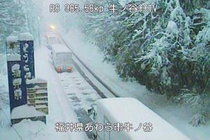 福井県あわら市の国道8号で停車したままのトラックの列=6日(国土交通省近畿地方整備局提供)