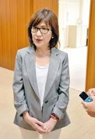 記者団の取材に応じる稲田朋美氏=5日、福井県議会議事堂